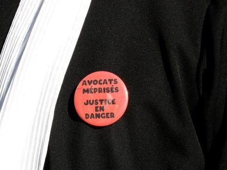 Retraites: des avocats bloquent les entrées du tribunal de Paris