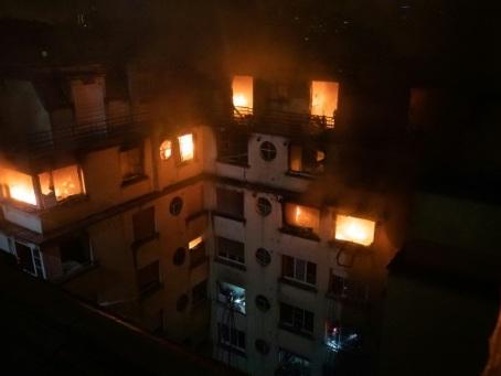 Incendie meurtrier à Paris: la suspecte aux antécédents psychiatriques mise en examen et écrouée