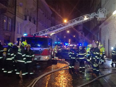 """Un hôtel du centre de Prague en proie aux flammes: """"Il y a deux morts, mais nous craignons que ce ne soit pas le bilan final"""""""