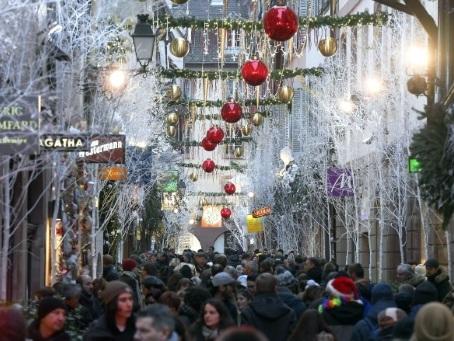 Un an après l'attentat, les touristes étrangers au rendez-vous du marché de Noël de Strasbourg