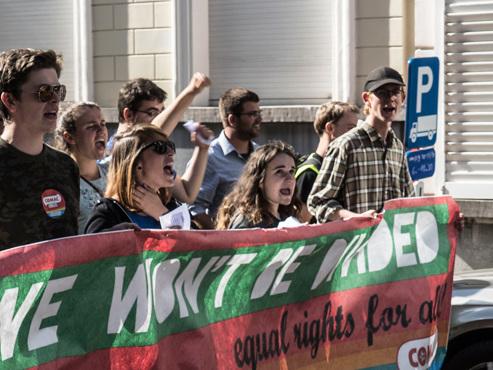 """""""Nous sommes plus nombreux"""": des centaines d'étudiants manifestent contre l'association extrémiste Schield & Vrienden"""