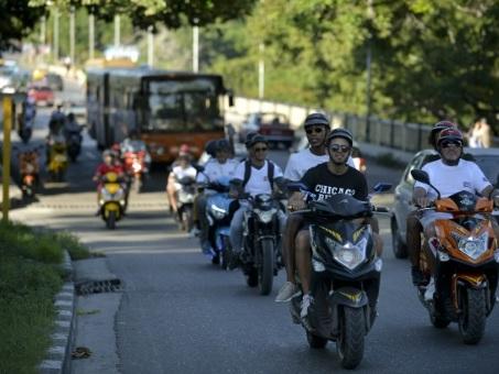 Cuba: la mode des scooters électriques, bienvenue face au manque d'essence
