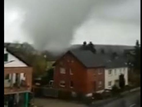 Une TORNADE aux portes de la Belgique provoque de gros dégâts près d'Aix-la-Chapelle (vidéos)