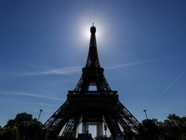 Covid-19: La Tour Eiffel rouvre en fanfare