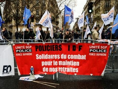 Retraites: les syndicats policiers haussent le ton contre le gouvernement