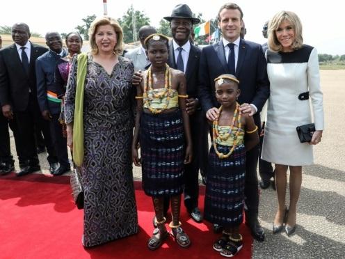 Foule et réconciliation pour Macron à Bouaké, recueillement à Niamey