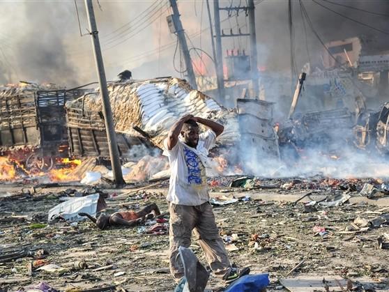 Un camion piégé explose dans un lieu public à Mogadiscio, en Somalie: 231 morts et des centaines de blessés