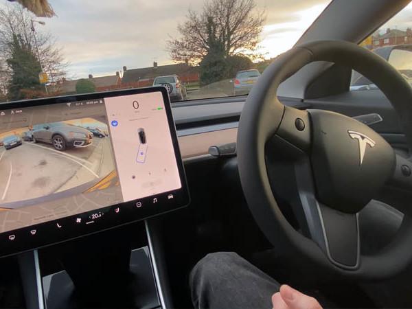 Tesla : la Model 3 se gare toujours aussi mal en parking automatique