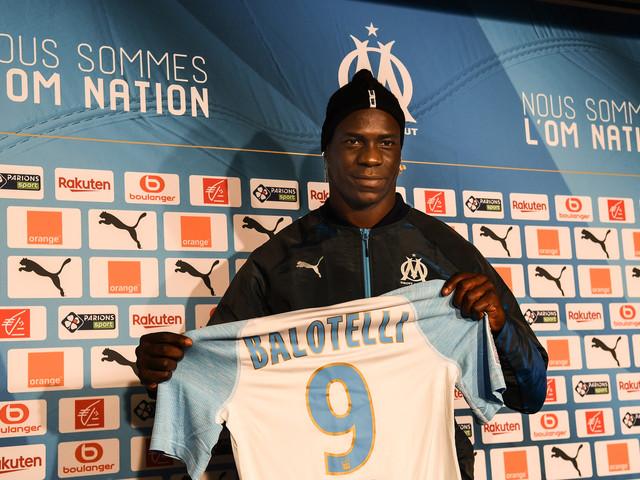 OM : Mario Balotelli pose officiellement avec le maillot de Marseille