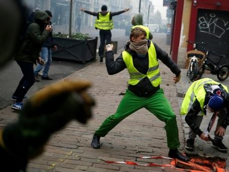 """""""Gilets jaunes"""": plusieurs journalistes pris à partie"""