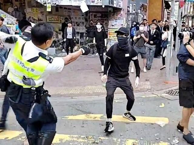 Contestation à Hong Kong: un policier tire à balle réelle sur un manifestant, qui se trouve dans un état critique