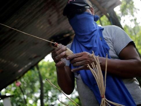 Face aux balles, les manifestants nicaraguayens s'arment de mortiers artisanaux