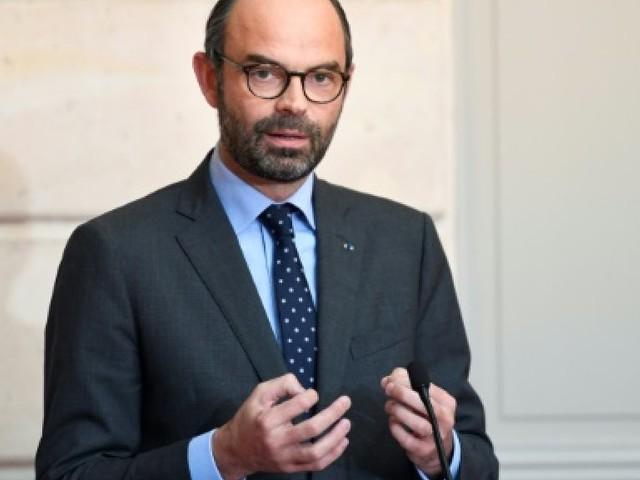 """Laïcité: Philippe juge """"accessoire"""" le débat sur les crèches dans les mairies"""