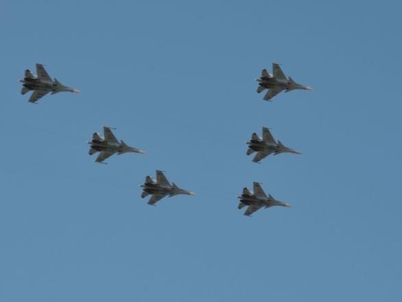 Des avions d'assaut répètent dans le ciel russe pour le défilé de la Victoire - vidéo