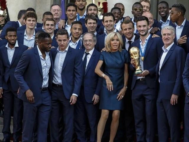 Brigitte Macron montre ses gambettes aux Bleus : la robe courte dont tout le monde parle...