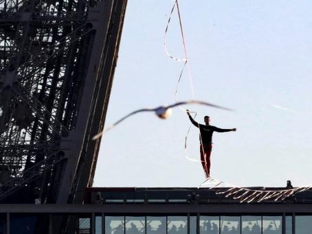 Téléthon: un funambule à 150 m au-dessus du vide à La Défense