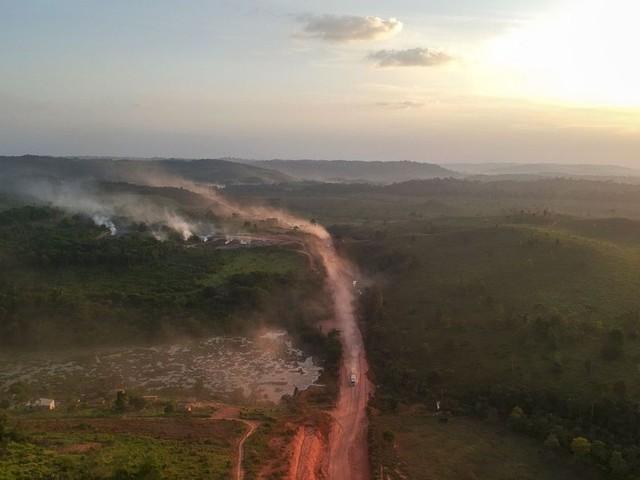 Sur les routes de l'enfer en Amazonie, l'asphalte mange la forêt