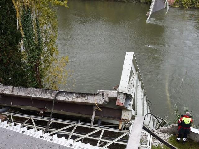 """Mirepoix-sur-Tarn: le procureur désigne le camion comme """"la cause apparente"""" de l'effondrement du pont"""