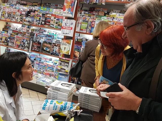 """La Creusoise Agathe Auproux de passage à Guéret pour son livre """"Tout va bien"""", ses fans sont au rendez-vous"""