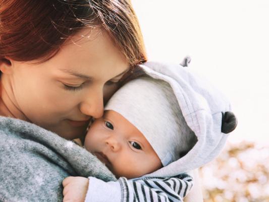 Cette maman a porté son bébé dans ses bras pendant 7 mois !