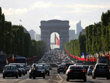 """Les Champs-Elysées: une expo et une consultation pour les """"réenchanter"""""""