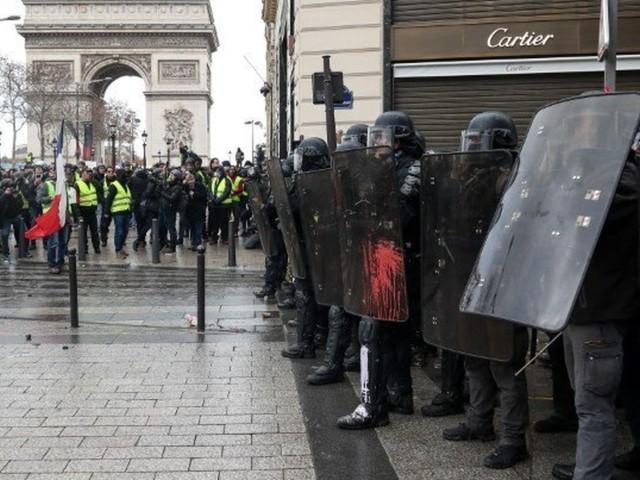 Gilets jaunes: 350 personnes interpellées ce samedi matin, Paris sous haute surveillance