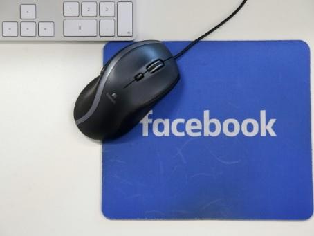 """Fake news: avec l'aide des usagers, Facebook cherche les sources """"fiables"""""""