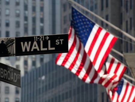 Wall Street finit sans direction, hésitant entre Fed et commerce