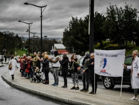 """Chaîne humaine devant Robert Debré, à Paris, pour """"sauver l'hôpital public"""""""