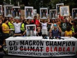 """A Bayonne, une """"marche des portraits"""" de Macron décrochés des mairies"""