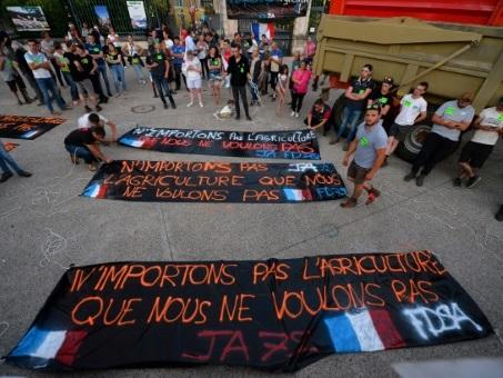 """Accord UE-Mercosur: actions """"tous azimuts"""" mardi soir des agriculteurs français"""