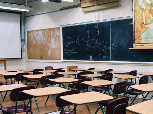 France: pris d'un coup de folie, un prof séquestre ses élèves dans le noir