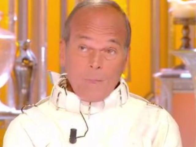Jupe de Nolwenn Leroy: Laurent Baffie met en scène des excuses vêtu d'une camisole de force