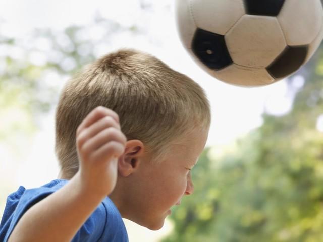 """Interdiction jusqu'à 12 ans de faire une tête au foot en Écosse : """"Le cerveau n'est pas construit pour subir des impacts répétés"""", confirme un médecin"""