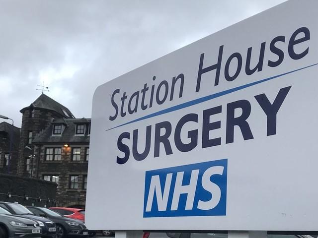 Au Royaume-Uni, le NHS permet des soins gratuits... mais il est lui-même très malade