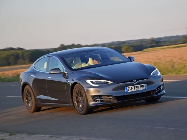 Tesla, numéro un des des véhicules électrifiés, devant BMW et Renault