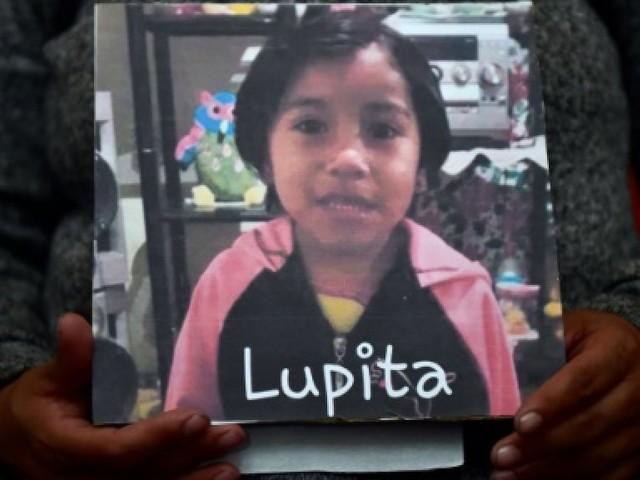 La fillette aux chaussettes rouges, symbole des féminicides au Mexique