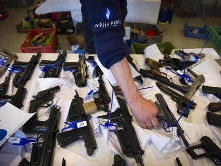 Près de 500 armes à feu et des dizaines de milliers d'euros saisis en Flandre