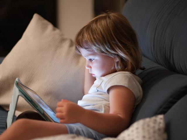 Je laisse mes enfants trouver leurs limites avec les écrans, et voici pourquoi cela marche