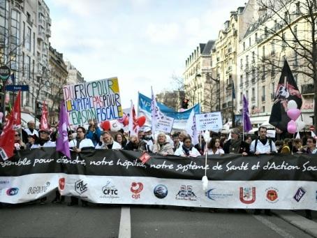 Hôpital: des milliers de manifestants à Paris