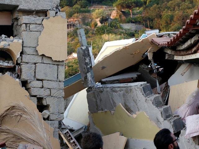 Deux morts et deux enfants en vie sous les décombres après un séisme sur un île en face de Naples