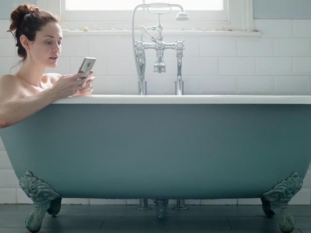 Après des électrocutions par smartphone dans la baignoire, les recommandations de la DGCCRF