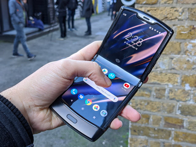 On a essayé le Motorola razr, le smartphone pliable qui vous fait voyager dans le temps