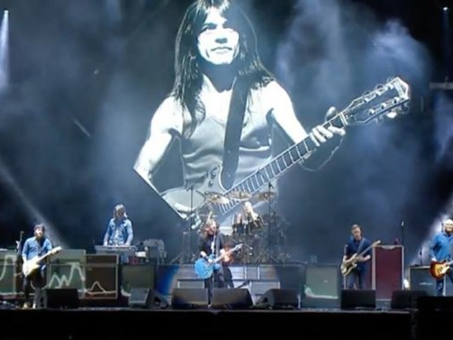 Foo Fighters : Son hommage musclé à Malcolm Young