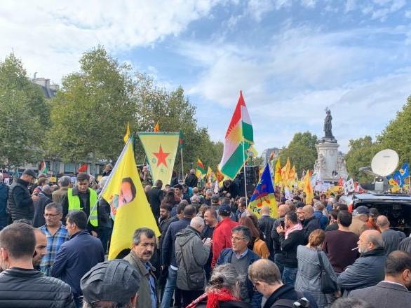 Plusieurs centaines de Kurdes manifestent à Paris contre l'offensive Source de paix - photos