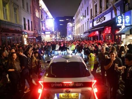 """Nuit festive """"hors de contrôle"""" en Angleterre, après la réouverture des pubs"""
