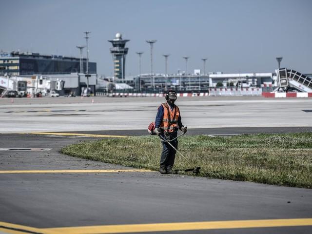 L'aéroport d'Orly, après trois mois de coronavirus, sort de son sommeil forcé