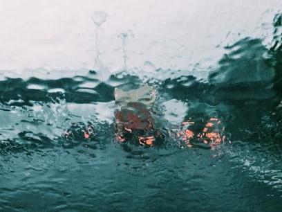 Les courses de Noël sous les nuages, la pluie et le vent
