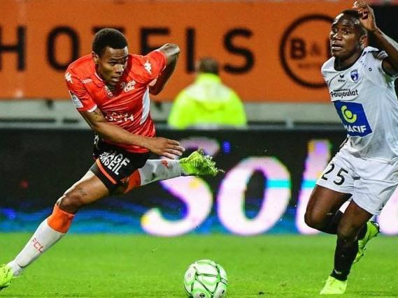 Foot - L2 - Ligue 2 : Lorient reste leader, Clermont devient barragiste