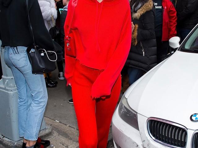 Gigi Hadid nous montre comment porter le total look rouge au printemps